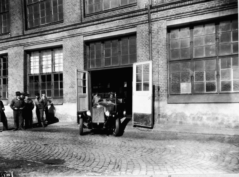 Den första serietillverkade Volvobilen i Lundbyfabriken i Göteborg
