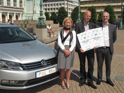 Volkswagens informationschef Marcus Thomasfolk flankerad av Annelie Hultén, kommunstyrelsens ordförande i Göteborg och Jakob Lagercrantz, ordförande i Gröna Bilister.